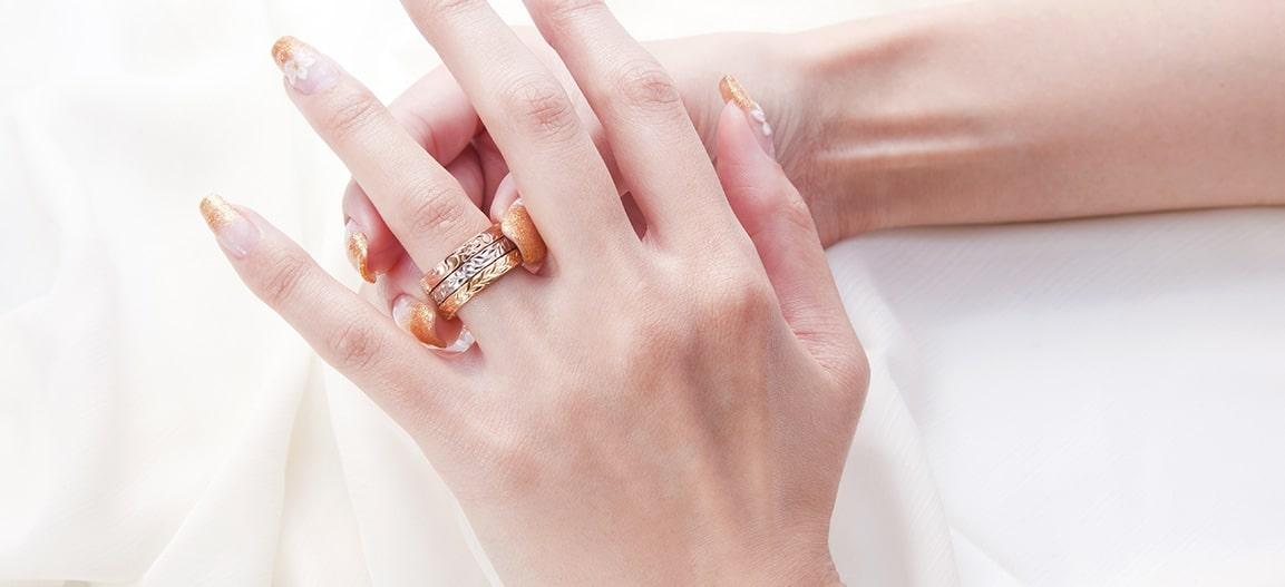 リングは最高のつけ心地、だからいつでも指には幸せのリングがある。